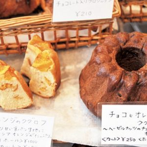 あふれんばかりのパンに交じって、ケーキもラインナップする。