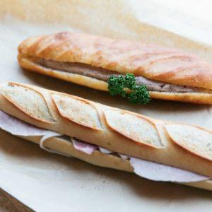 サンドイッチ。「パテドフォア」(写真上)と、「ジャンボンブール」500円。