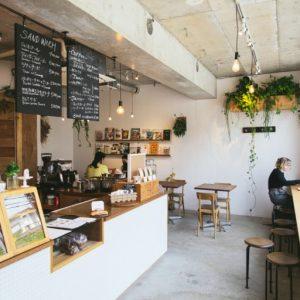 コーヒーと焼きたてクロワッサンといった、フランス的な最高の楽しみを味わえる空間。