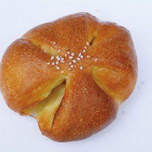 「クローバーの塩バターパン」(180円)(税込)十勝・音更町よつ葉乳業のバターをたっぷりと生地に使用。真ん中にのせた岩塩がおいしさをさらに引き立てる。