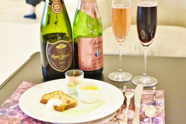 ウェルカムドリンクはスパークリングワインとノンアルコールの2種類。