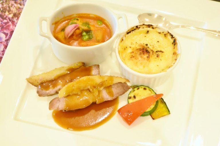 手前から「リヨン風ポークグリル」、「鶏もも肉のトマトクリーム煮込み バジル風味」、「クラムチャウダーグラタン」。