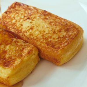 伝統の逸品、フレンチトースト2,000円(サ別)。専用のパンを卵液に24時間漬け込み、フライパンで焼き色をつけた後、オーブンで焼き上げる。開業当時のレシピをそのまま継承。なくなり次第終了なので、予約がベター。
