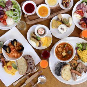 朝食はビュッフェスタイル。地元産野菜を使ったサラダビュッフェは、6種の自家製ドレッシングで。