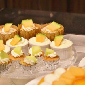 「メロンの杏仁マフィン」や「赤肉メロンのマスカルポーネケーキ」、「赤肉メロン入りオレンジのティラミス」なども食べやすいサイズで提供。