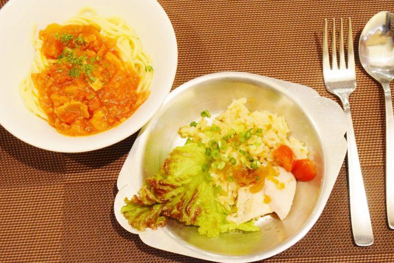 左から「ベーコンと夏野菜のパスタ」、「カオマンガイ風ピラフ」。