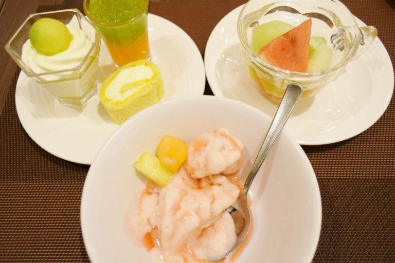 手前はアイスクックの「白桃のアイス」。8月13日からはメロンのアイスなります。