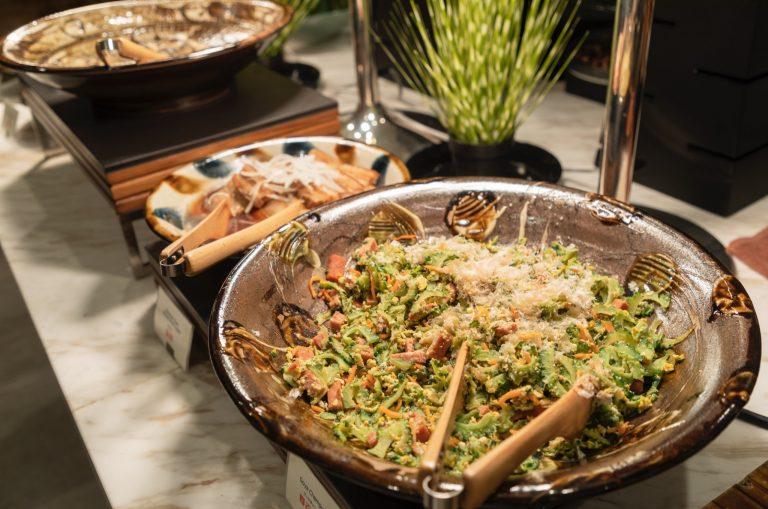オールデイダイニングの朝食はブッフェスタイル。沖縄の伝統料理に和洋食など、バラエティに富む。目移りして何度もおかわりしそう。沖縄そばの焼きそばが旨い。