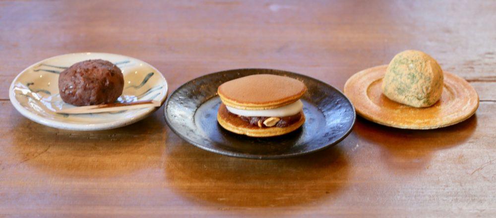 右から、よもぎ大福190円、もちどら260円、おはぎ180円。仕込みはふたりで行う。自由な発想で作られる和菓子や琉球菓子はテイクアウトのほかイートインも可。