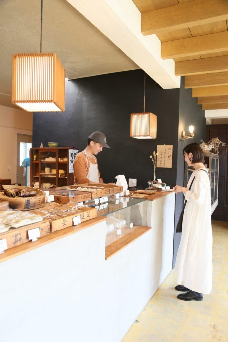 「おいしい和菓子のお店があると聞いて」。大阪から来たという女性も塩豆大福をお買い上げ。甘さひかえめの餡と塩味、もっちり生地の絶妙なバランス感が塩豆大福の人気の秘密。