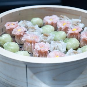 中国料理のコーナーでは色どり豊かなの点心も並びます。
