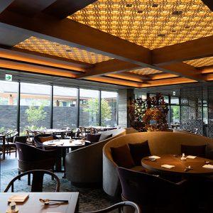 リニューアルした中華料理レストラン〈桃李〉は重厚ながらゆっくり過ごせるインテリアも魅力。