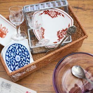 国内外で買った食器の数々。香港の赤い象が描かれた食器はアクセサリー入れ、秋田県のガラス工房で作った紫のガラスボウルはサラダ用など、さまざまな用途で愛用しています。