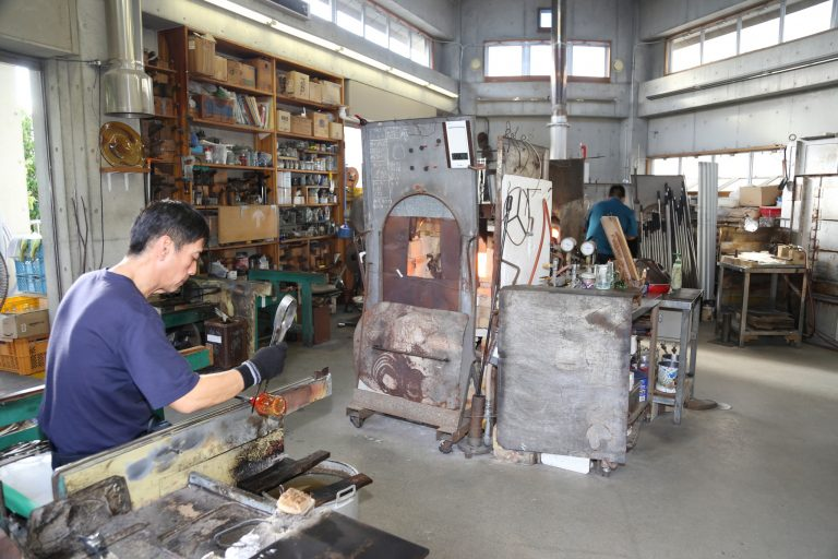 (うえざと・ゆきはる)/沖縄県那覇市出身。〈奥原硝子製造所〉の2代目、桃原正男に師事し、琉球ガラスの技術を学ぶ。現在は工場長を務める傍ら、若手の育成にも力を注ぐ。