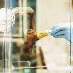 とろとろ流れるチョコレートのスプレマはカウンター越しに見られる。