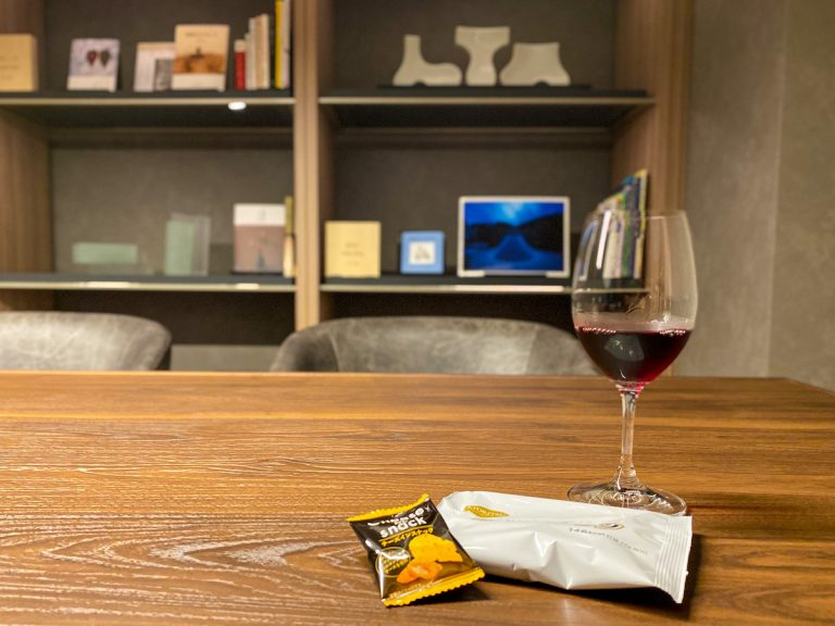 宿泊者はワインやソフトドリンクを無料で楽しめる。