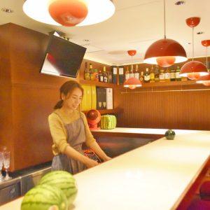 美味しい「白井餃子」とカラオケスナックが融合した〈スナック すいか〉は、1人でも入りやすい雰囲気。