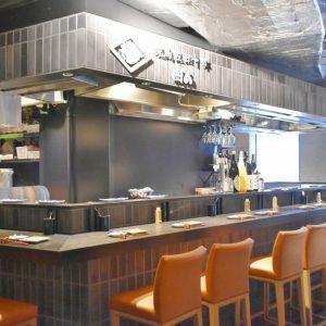 焼鳥の名店〈佐田十郎〉の新業態〈焼鳥 佐田十郎 囲ム〉では、従来の店よりお酒や料理をカジュアルに楽しめる。
