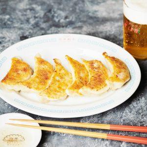 フードディレクター白井絵美さんが全国を食べ歩いて辿り着いた至極の餃子「白井餃子」が楽しめる〈スナック すいか〉。