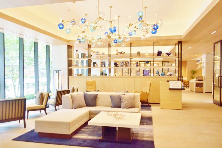 温かみのある家具や照明に癒されるレセプション。