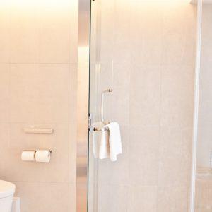 スーペリアダブルベッドルームのシャワールームとトイレ。