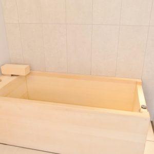 プレミアダブルベッドルームの檜風呂。