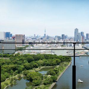 浜離宮恩賜庭園の爽やかな緑、スカイツリー、そして東京のウォーターフロントを一望できるバルコニー。