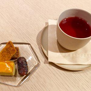 ドライフルーツ/ミニャルディーズと食後のドリンク「フルーツティー」。