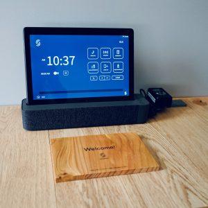 1室1台配置のタブレットでルーム内チェックアウトも可能。