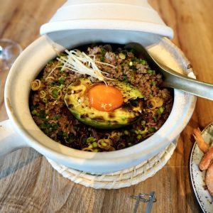 「アボガドグリルと平飼い卵、豚肉の土鍋ごはん」1,700円。