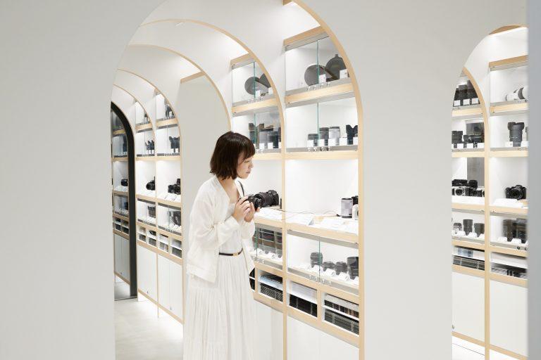 新品カメラのある2階は800アイテムをギュッと陳列。憧れの名品も手にとれる。