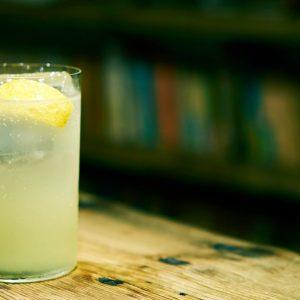 おうちで簡単に作れるカクテルレシピ6選!レモンを丸ごと使った「レモンサワー」、クセになる「パクチーパイナップル」も。