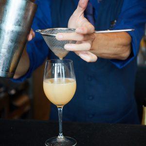 グラスに注ぐ時にはフルーツがふわりと香る。