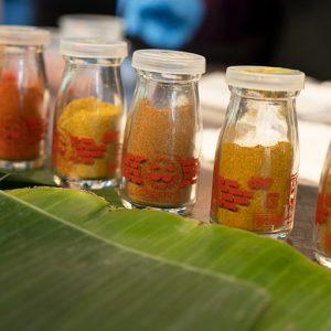 ターメリック、チリ、コリアンダー、クミン、カレーパウダー、ラジャさんオリジナルのガラムマサラと6種類のパウダースパイスを入れます。