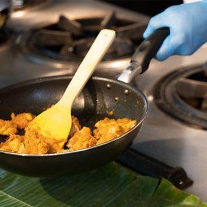 カレーペーストに鶏肉を加えて炒めます。日本の鶏肉は柔らかいので火を通すのは短時間でいいとのこと。