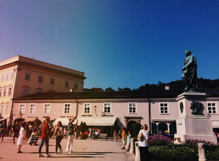 ザルツブルクのモーツァルト像の前で敬礼。