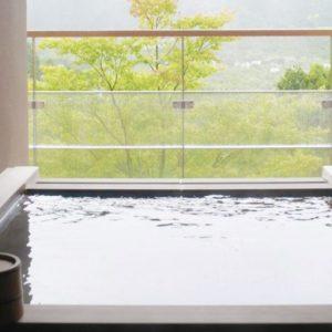 客室の露天風呂。大涌谷から引いたお湯は少し白濁した酸性の温泉で、保温効果のある美肌の湯。