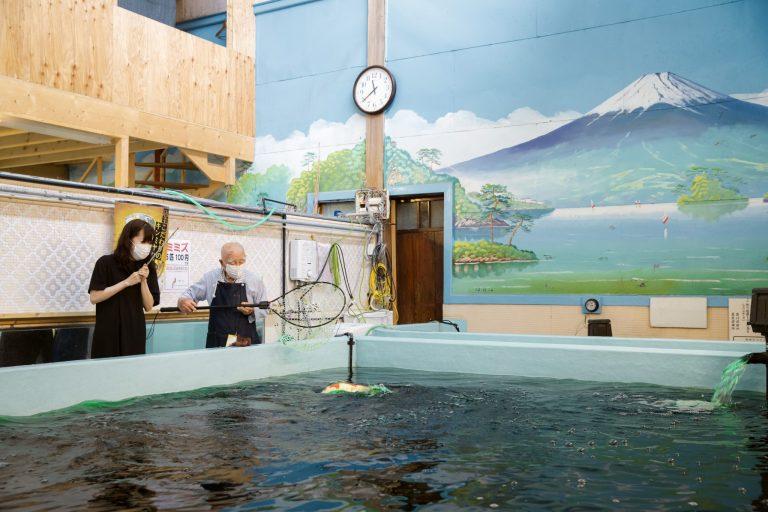 【POINT!】元銭湯のレトロな雰囲気/釣った鯉はポイントに交換/鉄板焼き屋を併設 !