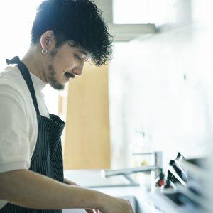 ビストロで料理長をしていただけにとにかく手際がいい。グラスや食器選びにもこだわりが。シンプルでどんな盛り付けにも合う〈REVOL(レヴォル)〉の食器がお気に入りだとか。