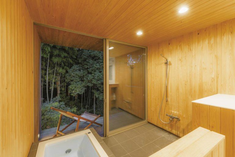 プライベートデッキとライトアップした幻想的な竹林を望める半露天風呂で、旅の疲れをじっくりと癒せる。