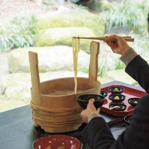 禅の食事作法でいただく「神勝寺うどん」1,200円。臨済宗の修行僧は、4と9がつく日の昼食に湯だめうどんを食べる。