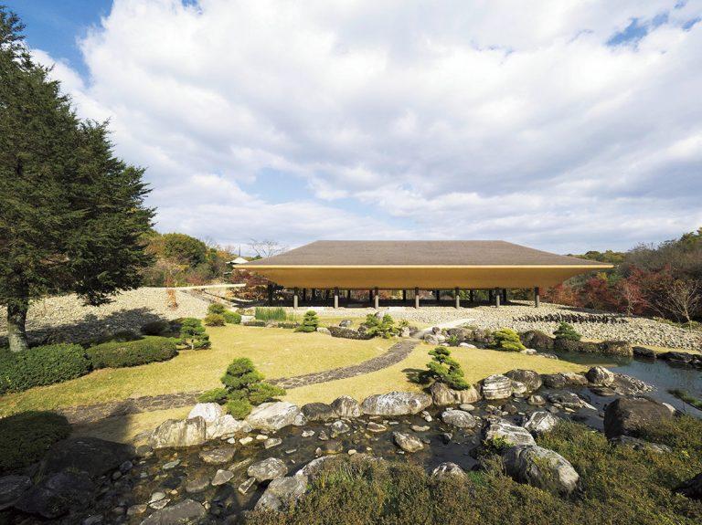 舟形を彷彿とさせる建物〈洸庭〉は名和晃平さんと彼が率いるSandwichによるもの。自然の中に、19m×46mの建築が浮かぶ。