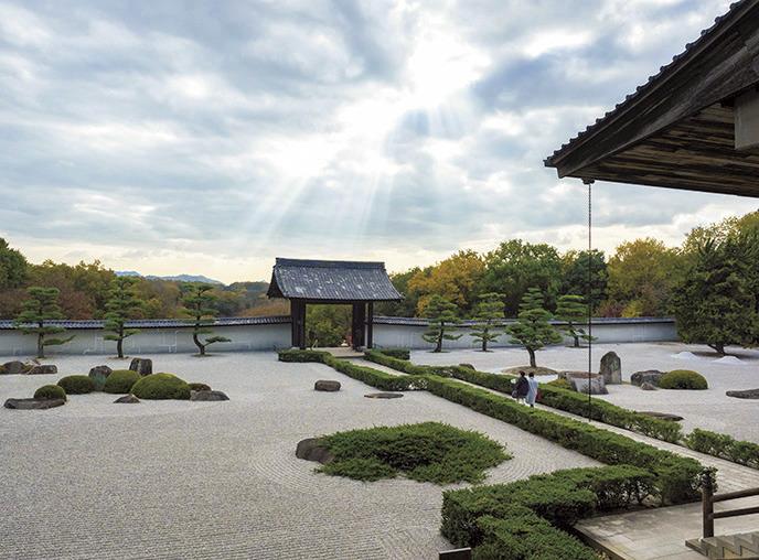 荘厳堂は、敷地の一番奥の無明院内にある。入口には山門が設けられ石庭が広がる。