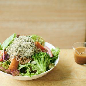 「豆腐納豆アヴォカドと季節野菜のミネラルサラダ」。