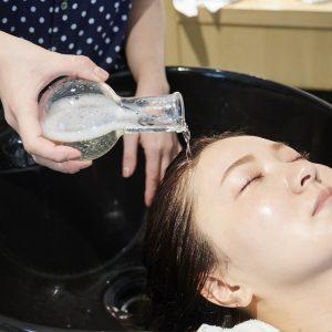 最後にラベンダーやローズ、ローズマリーを配合した蒸留水、フラワーフォールを頭皮と髪全体にかけます。別名「エネルギーの水」とよばれ、ポジティブなマインドに。