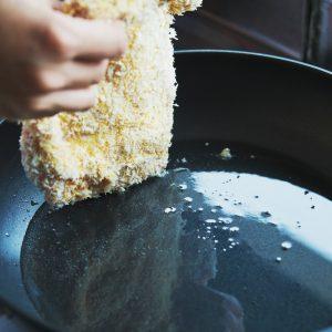 【POINT】鶏もも肉が1/3浸かるほどの油量。