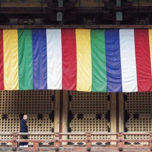 根本中堂は内陣と外陣があり、それを回廊がぐるりと囲む造り。僧とうどう侶がいるのは外陣部分。