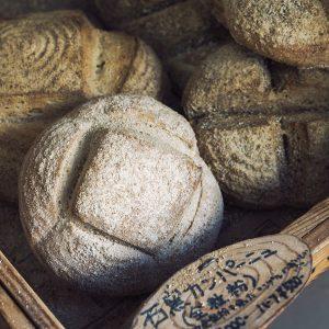 「石窯カンパーニュ」のほか、 約15種類のパンが店頭に並ぶ。