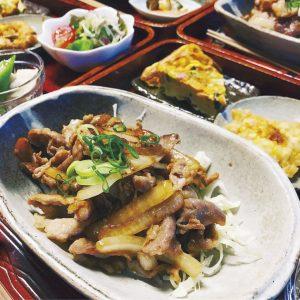 週替わりのメインと副菜4品の「今日のお昼 ごはん」1,150円。