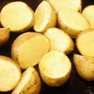 蒸したじゃがいもをフライパンで炒める。